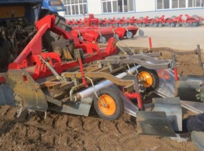 2015年最新款红薯起垄施肥铺膜一体机。