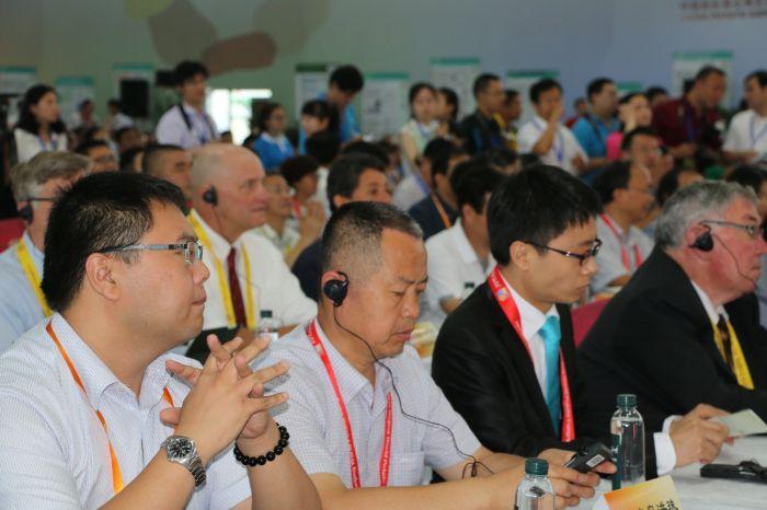 17  2015北京国际马铃薯大会上五洪珠专心听讲