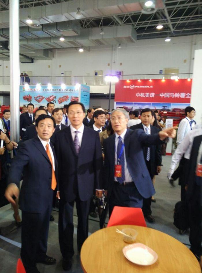 18  农业部部长韩长赋、北京市副市长林克庆和世界马铃薯大会公司董事局主席大卫·汤姆森出席大会开幕式并致辞。