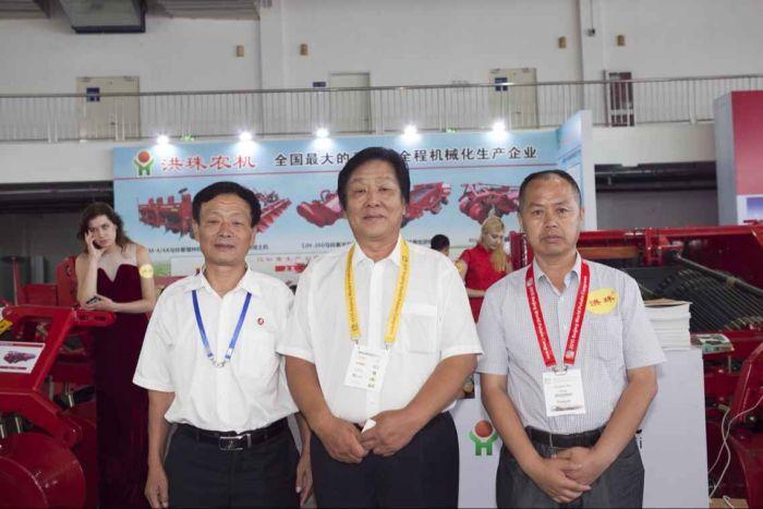 20  洪珠农机总经理与希森薯业集团董事长梁希森先生合影
