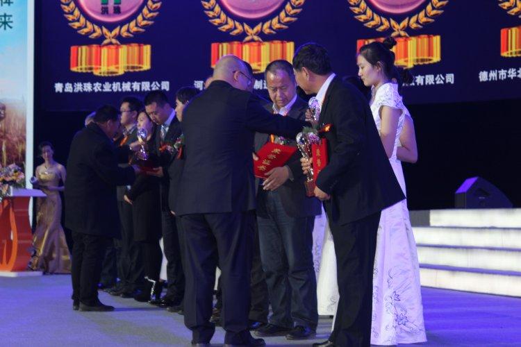 农机360网总经理吴克铭为青岛洪珠农业机械有限公司总经理吴洪珠颁奖