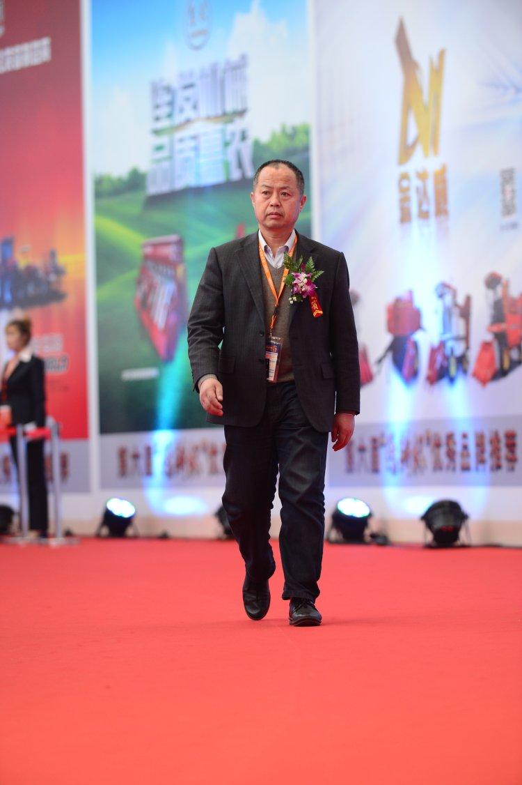 总经理吴洪珠在各界人士的关注和大力支持下,充满自信的走在红毯上,走向领奖台